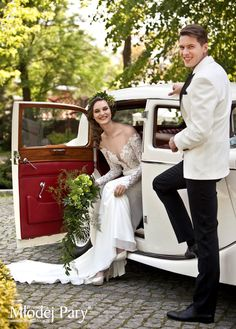 Bride in a wreath, happy groom / greenary wedding