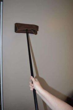Nettoyage du mur avec un balai à plat de type Swiffer.