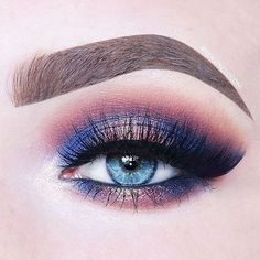 Duochromes add a fun flare to any makeup look! @beautycloudnl created this stunning look with: • Shimma Shimma • Peach Smoothie • Bitten • Center Stage • Prism (pigment) • Wildfire (pigment) • Obsidian (eye liner pencil)
