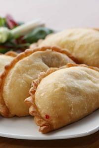 Panada dari Manado (Indonesia Food) Sekilas, tampilannya tampak seperti pastel isi yang biasa dijual di kantin-kantin sekolah. Tapi, kalau kita menggigit Panada, pasti langsung tahu letak perbedaannya. Kue khas Manado, Sulawesi Utara ini punya tekstur yang menyerupai roti goreng. Isiannya pun berupa daging Ikan Cakalang dengan bumbu Panpis (bumbu pedas khas Manado).