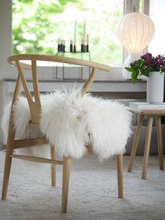 Hereinspaziert! 10 neue Wohnungseinblicke | SoLebIch.de Nordic Living, Interior Decorating, Interior Design, Wishbone Chair, Ikea, Furniture, Tables, Home Decor, Home