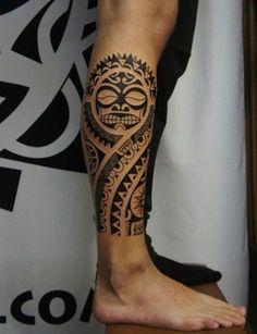 tatouage maorie tribal sur le molet homme motif masque