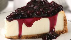 Delicious and creamy blueberry cheesecake with a luscious sweet-tangy sauce that brings this dessert over the top. Fresh or frozen blueberries can be used so it's an all-season dessert. Cheesecake Facil, Cheesecake Tradicional, No Bake Blueberry Cheesecake, Easy Cheesecake Recipes, Cheesecake Desserts, Just Desserts, Desert Recipes, Raw Food Recipes, Healthy Dinner Recipes