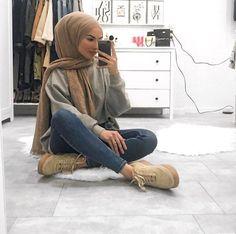 sue_meyraa Source by clothes hijab Modern Hijab Fashion, Street Hijab Fashion, Hijab Fashion Inspiration, Muslim Fashion, Modest Fashion, Fashion Outfits, Casual Hijab Outfit, Hijab Chic, Casual Outfits