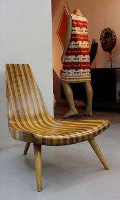 cadeira de três pés em duas madeiras desenhada por Joaquim Tenreiro na Legado Arte                                                                                                                                                      Mais