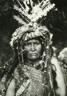 Costume of a woman Shaman - Clayoquot (The North American Indian, v. Cambridge, MA: The University Press, by Edward Sheriff Curtis Native American Photos, Native American Women, Native American History, American Indians, Canada Vancouver, Vancouver Island, Navajo, Native Indian, Indian Art