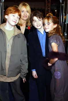 Rupert Grint, JK Rowling, Daniel Radcliffe and Emma Watson Fanart Harry Potter, Harry Potter World, Harry Potter Alter, Harry Potter Puns, Theme Harry Potter, Harry Potter Pictures, Harry Potter Cast, Harry Potter Wallpaper, Harry Potter Characters