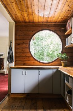 The Jan Juc home of Kirsty Davey and family / Dreamy round kitchen window! Photo - Brooke Holm, production – Lucy Feagins / The Design Files. Round Kitchen, Kitchen Dining, Kitchen Wood, Timber Panelling, Wood Paneling, Wood Walls, Interior And Exterior, Interior Design, Interior Decorating