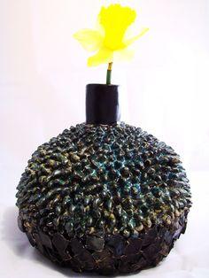 Wazon ceramiczny wykonany ręcznie szkliwiony kilkoma czarnymi szkliwami