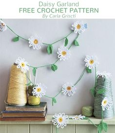 A free crochet pattern of a daisy garland. Do you also want to crochet this daisy garland? Read more about the Free Crochet Pattern Daisy Garland. Crochet Daisy, Crochet Flower Patterns, Cute Crochet, Beautiful Crochet, Crochet Flowers, Crochet Hooks, Crotchet, Crochet Flower Bunting, Crochet Bunting Free Pattern
