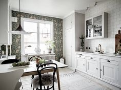 Home Interior Design — Nordic kitchen with fabulous wallpaper in. Home Interior, Modern Interior Design, Kitchen Interior, Interior Design Living Room, Nordic Kitchen, Kitchen Wallpaper, Kitchen Dinning, Beautiful Kitchens, Home Kitchens