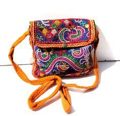 Ce sac en tissu indien est fabriqué à la main à partir de tissus anciens . Ce sac a une poche interieure fermée et se referme par un zip et un rabat à pression. C'est une pochette à porter en bandoulière qui est très originale
