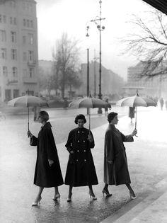 Fashion photo, Berlin, 1955 (image by Franz Christian Gundlach)