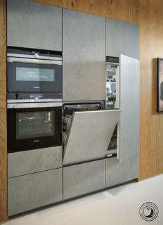 Alongside the oven and steam oven are the fridge and dishwasher concealed behind handle-less cabinets that open at a push. The raised dishwasher makes it easier and more comfortable to load and unload, preventing unnecessary bending and stretching.