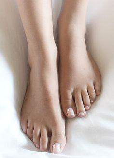 Nude auf den Fußnägeln macht sich zu jedem Schuh perfekt!