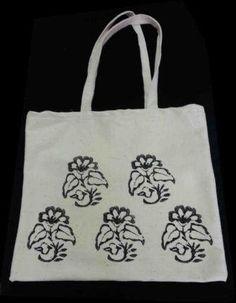 """Çiçek Çanta : Şile Bezi Kumaş üzerine """"Taş Baskı"""" Yöntemi ile elde Çiçek Desenleri ile bezenen tamamen organik kullanışlı çanta. Kendi alışverişlerinizde kullanabileceğiniz gibi sevdiklerinize de hediye edebilirsiniz."""