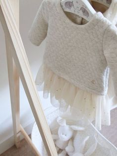 cómo hacer un perchero infantil de madera diy Dress Up, Blanket, Baby Things, How To Make, Wood Slats, Pallet Furniture, House Decorations, Boutique Interior, Wood