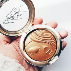 Hey Mimi!  Debo de confesar que el packaging de la colección  #MACMariahCarey ha sido uno de mis favoritos en mucho tiempo especialmente el print de este iluminador/bronzer #mymimi  Está súper cute!   Por cierto ya se enteraron del sorteo #SORTEOMACMimi? Estoy haciendo un #Giveaway de #MACCosmetics con productos de la colección incluyendo este hermoso bronzer. Vayan a mi perfil y busquen una foto de los productos y sigan los pasos. . . . . #bloggermexicana #mexicanbloggers #blogdebelleza…