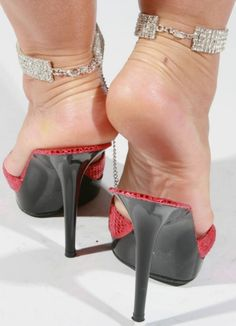 High Heel Shoes: The Essential Woman's Fashion Accessory Sexy Legs And Heels, Hot High Heels, Womens High Heels, Beautiful Toes, Beautiful High Heels, Frauen In High Heels, Ankle Chain, Women's Feet, Female Feet