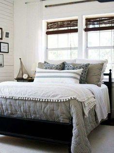 Cuscini nelle tonalità del giallo per arredare la camera da letto stile marina.