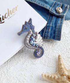 Недавно, брошь морской конек появился в еще одном  цветовом варианте - сиренево-голубой с серебром. Как по мне он так и просится на…