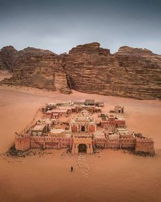 Wadi Rum - 20 Places That Look Like They're From Another Planet Places To Travel, Places To See, Travel Destinations, Jordan Tours, Wadi Rum Jordan, Jordan Amman, Jordan Travel, Ancient Ruins, Mayan Ruins