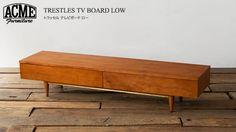 近年の大型テレビに対応したサイジングのテレビボード。シンプルなデザインながら、幕板には真鍮のバーを あしらったりとちょっとした拘りがポイントです