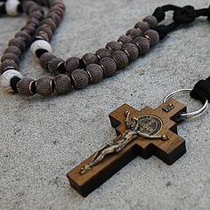 Gift a thoughtful and durable rosary to your servicemen and women. Authentic, original, and handmade Catholic gear that will last—shop our online inventory now! Paracord Rosary, Paracord Knots, Paracord Projects, Rosary Catholic, Religious Jewelry, Prayer Beads, Scouting, Crucifix, Crosses