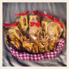 Canasta con papas fritas artesanales y plátanos deshidratados.