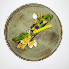 Asperges de Roques Hautes/Coques/Citron Meyer/Vinaigrette Encre | Jean-Michel Carrette | Aux Terrasses. Archiving Food Photography | Gastronomy