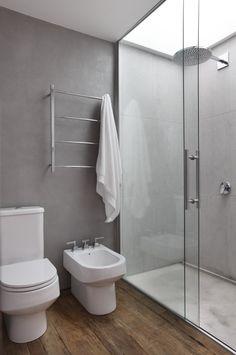 hout op vloer, wit sanitair, wanden grijs