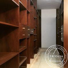Instalación de closet principal modular fabricado en madera de chaca. #tricasa #woodwork #group #excelenciaencarpinteria #tumejoropcion