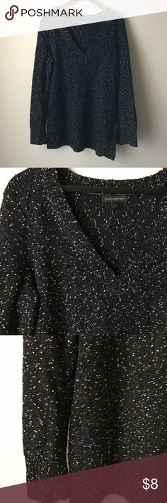 """Banana Republic tunic sweater Black and white textured tunic sweater - long sleeves - v neckline - cotton/wool/nylon - side slits - chest across measures 20"""" - total length measures 31"""" - size Tall M (fits size L better) Banana Republic Sweaters"""