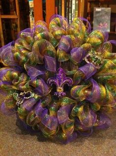 For Lamabe! mardi gras deco mesh wreath with purple fleur de lis Mardi Gras Wreath, Mardi Gras Beads, Mardi Gras Party, Mardi Gras Centerpieces, Mardi Gras Decorations, Wreath Crafts, Diy Wreath, Diy Crafts, Holiday Wreaths