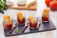 I paccheri fritti sono una ricetta molto originale, serviti nei bicchierini e accompagnati dalla salsa diventano un finger food perfetto!
