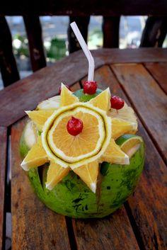 Coco Loco! ~ Fuckyeah  Ingrediënten: 1 verse kokosnoot water met  2 oz Silver Tequila  1 oz Gin  1 ml witte rum  2 oz ananassap  1 schep gemalen ijs  1 Splash eenvoudige siroop  Voorbereiding: Open de kokosnoot snijden van de top en laat het water in en voeg alle ingrediënten en roer lichtjes
