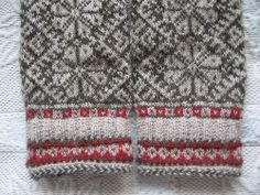 Muhvi Laegas, Estonian mittens. Mittens Pattern, Knit Mittens, Knitted Gloves, Textiles, Knitting Designs, West Virginia, Wristlets, Diy And Crafts, Wool