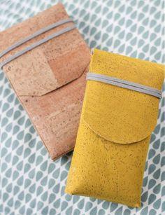 DIY: Smartphone-Tasche ohne Nähen aus Kork | Für Siehttp://www.fuersie.de/diy/basteln-selbermachen/galerie/smartphonetasche-ohne-naehen-aus-kork