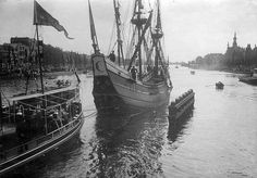 A duplicate of 'De Halve Maan' (Half Moon), the vessel of explorer Henry Hudson, on the Amstel river in Amsterdam. The ship is a gift of the Dutch to the Americans. It will be transported to the United States by steamer.. The Netherlands, Amsterdam. 1909.