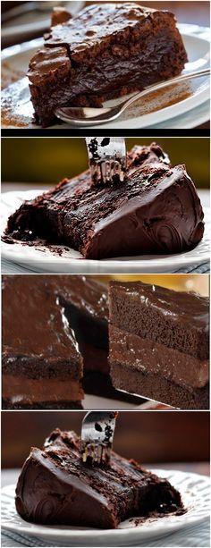 Bolo de chocolate com recheio e cobertura cremosa; Veja Aqui >>> Na batedeira, bata as gemas com o açúcar até esbranquiçar. Ainda batendo, vá adicionando a farinha e o chocolate aos poucos, alternando com o leite, até homogeneizar. Sem bater, incorpore a clara em neve e o fermento delicadamente. #receita#bolo#torta#doce#sobremesa#aniversario#pudim#mousse#pave#Cheesecake#chocolate#confeitaria