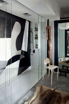 Editorial Osvaldo Tenório (Foto: Filippo Bamberghi) No banheiro, painel da Mont Blanc inspirado em desenho de Alberto Magnelli dos anos 1940 decora o boxe, que tem cadeira Clay, de Maarten Baas