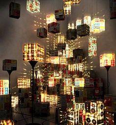 Lampen gemaakt van oude kassettebandjes en videobanden.