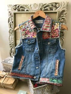 Hand-painted cowboy vest decorated with silk fabrics. Very adaptable to match any style. Denim And Lace, Artisanats Denim, Denim Vests, Denim Jackets, Jean Jackets, Fashion Mode, Denim Fashion, Mode Country, Jeans Recycling