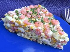 Салат из Авокадо, Креветок и Кукурузы:*1 авокадо, *3 ст.л. готовых к употреблению очищенных мелких креветок (это соответствует 150 г замороженным очищенным креветкам, у нас они продаются в пачках по 300 г), *2-3 варёных вкрутую яйца (я клала 3 шт, яйца салат никогда не испортят), *3 ст.л. консервированной кукурузы, *майонез по вкусу (у меня уходит ~ 3 ст.л.), *зелень укропа для украшения.