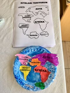 In this activity, students will cut out pictures of countries and glue them to a paper plate, color them, to resemble a globe. This should be completed individually. Preschool Social Studies, Preschool Curriculum, Preschool Learning, Kindergarten Activities, Classroom Activities, Preschool Activities, Homeschooling, Continents Activities, Les Continents
