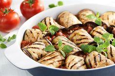 Jesteś ciekaw, jak zapiekankę z mięsa mielonego i bakłażana z serem mozzarella przyrządziłby Karol Okrasa? Poznaj jego przepis na Kuchni Lidla!