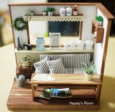 Love the couch. Could change some accents to beachy and make coastal (RM) Vitrine Miniature, Miniature Rooms, Miniature Crafts, Miniature Houses, Miniature Furniture, Dollhouse Furniture, Maison Sylvanian Families, Diy Dollhouse, Dollhouse Miniatures