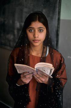 Joven estudiante en Kabul, Afganistán. Foto de Steve McCurry.