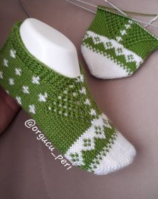 And the finished version of our booties is here ın . Baby Sweater Knitting Pattern, Knitting Socks, Baby Knitting, Crochet Ripple, Knit Crochet, Fall Socks, Moda Emo, Knitting Blogs, Cross Stitch Borders