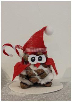 Pour terminer le thème des chouettes, et faire une transition sur les activités de noël, nous avons réalisé un petit bricolage en volume avec pour base une pomme de pin . Nous avons découpé de petits morceaux de coton et nous nous sommes servis de la... Pine Cone Art, Pine Cones, Coke Can Crafts, Deco Noel Nature, Holiday Crafts, Holiday Decor, Coke Cans, Christmas Decorations, Christmas Ornaments